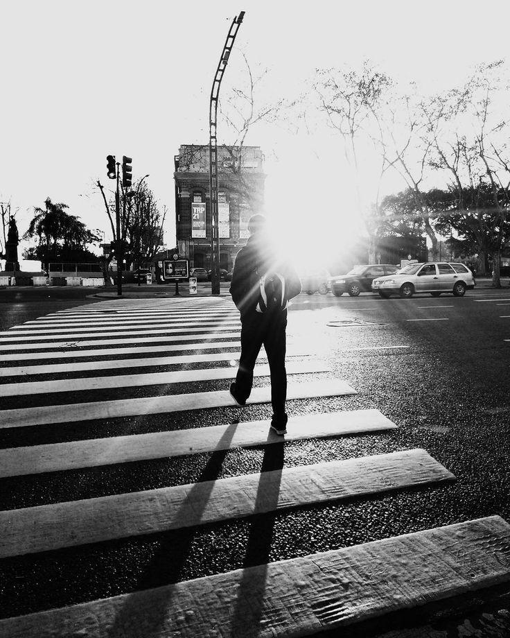 Manos frías calles frías. - #bnw #blancoynegro #blackandwhite #monochrome #streetphoto #fotocallejera #igersbsas #winteriscoming #buenosaires #agameoftones #snapseed