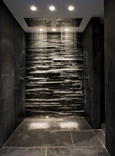 Rock wall in shower - ceiling shower heads. Www.rtlWoonmagazine