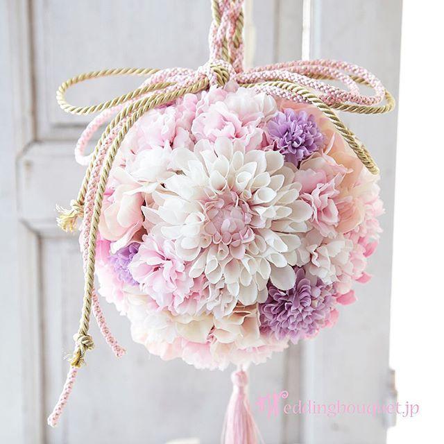 【weddingbouquet.jp】さんのInstagramをピンしています。 《. 【春のブーケには桜の花を入れましょう】 . 今年も後2ヶ月ほどになりました。 . 来年早春の花嫁さまは、少しずつ忙しくなってきます。 . 和装用のブーケのご用意はできましたか? まだでしたら、ぜひ、桜のお花の入ったブーケをご用意ください。 . 桜は季節限定、3月までの花嫁さまのためのお花です。 シルクフラワーの桜はとっても綺麗で繊細な作り、時間が経っても、いたんだりしませんので、前撮り、披露宴と、何度でも使う事ができます。 . #シルクフラワー  #結婚式  #ウエディングブーケ  #ウェディングブーケ  #weddingbouquet #和装用ブーケ  #ボールブーケ #桜のブーケ #2017春婚  #前撮り #和装前撮り #ダリア #さくら  #桜 #インテリアブーケ #やっとハロウィン #プレ花嫁 #花嫁会 #大阪》