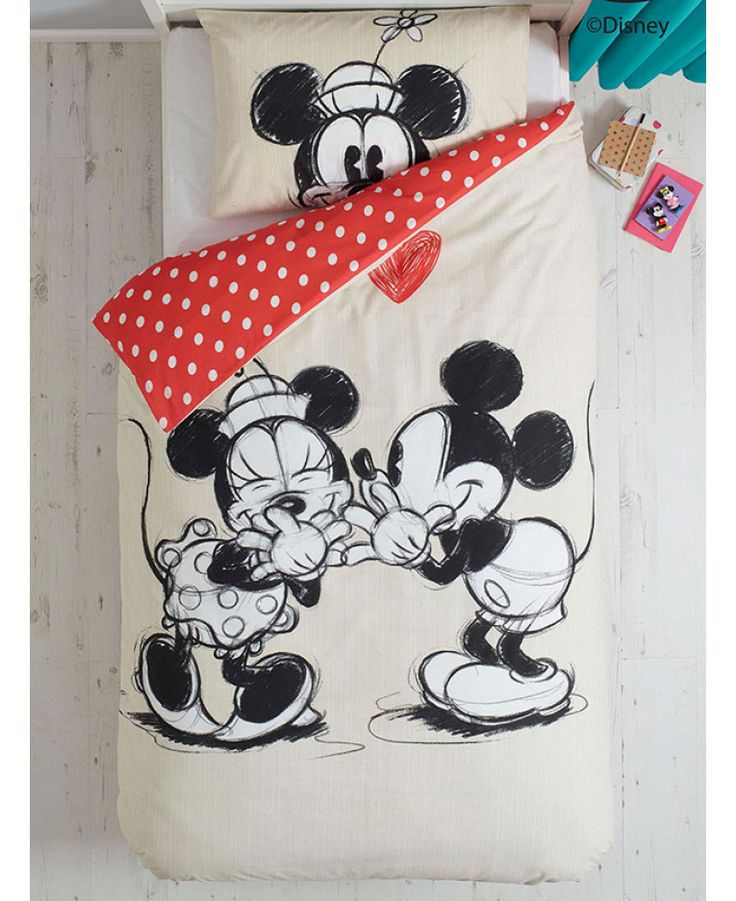 This Minnie Mouse Smooch Single Duvet Cover And Pillowcase Set Features Early Versions Of Mickey