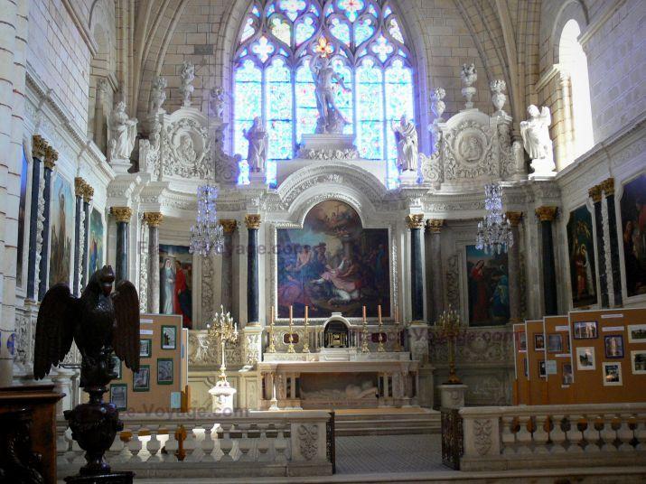 Abbaye de Bassac: Intérieur de l'église abbatiale Saint-Étienne : choeur, aigle-lutrin, retable du maître-autel, peintures - France-Voyage.com