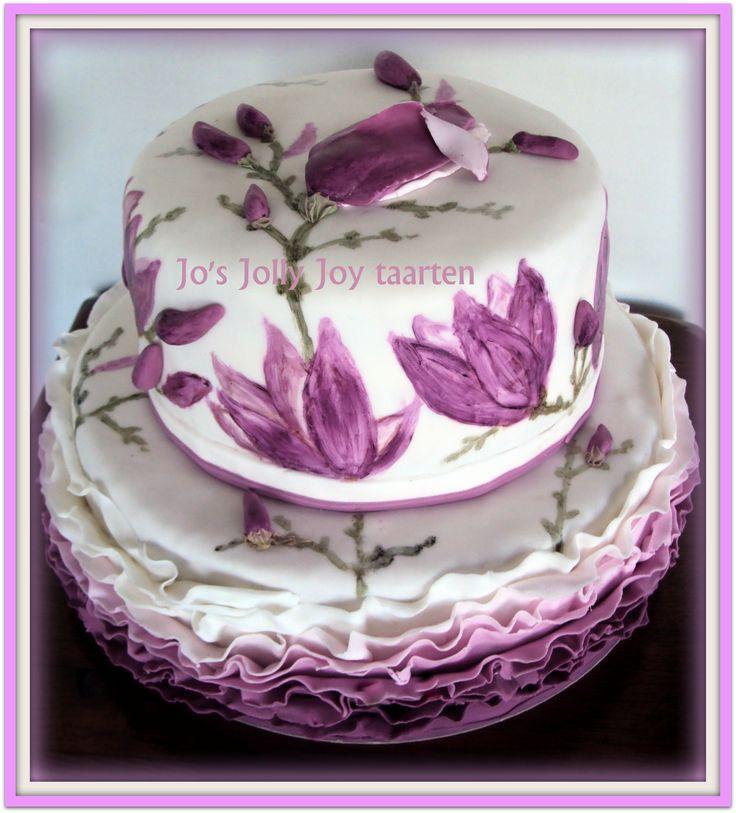 Jo's Jolly Joy taarten; zo leuk om verschillende technieken toe te passen in een taart , ruffels, geschilderde magnolia's en een beetje 3d,Smaken vulling; Chocolade  en passievruchten