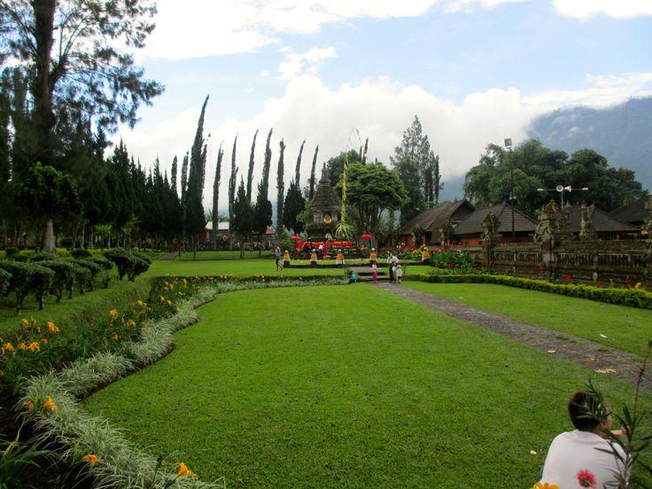 Un très bel endroit à découvrir au nord de Bali: Pura Ulun Danu Bratan (#Bali #temple by the #lake) #Indonesie http://bit.ly/1lK1TgU