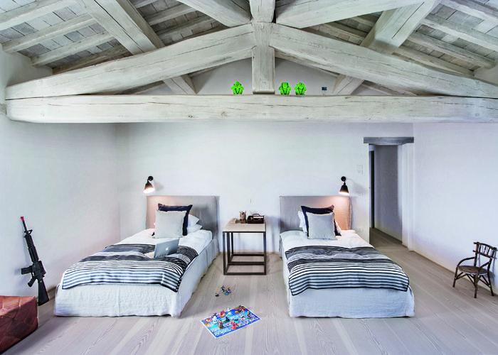 Dormitorio infantil en colores neutros vigas y techos de - Vigas de madera para techos ...