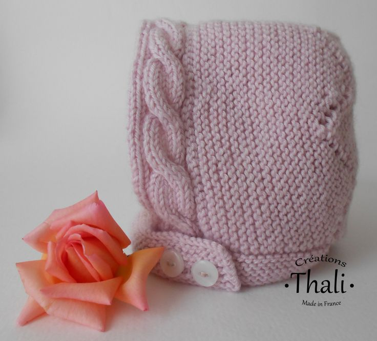 Un petit béguin revisité au tricot façon dentelle et ourlé d'une torsade sur le devant. Pour tricoteuses expertes.