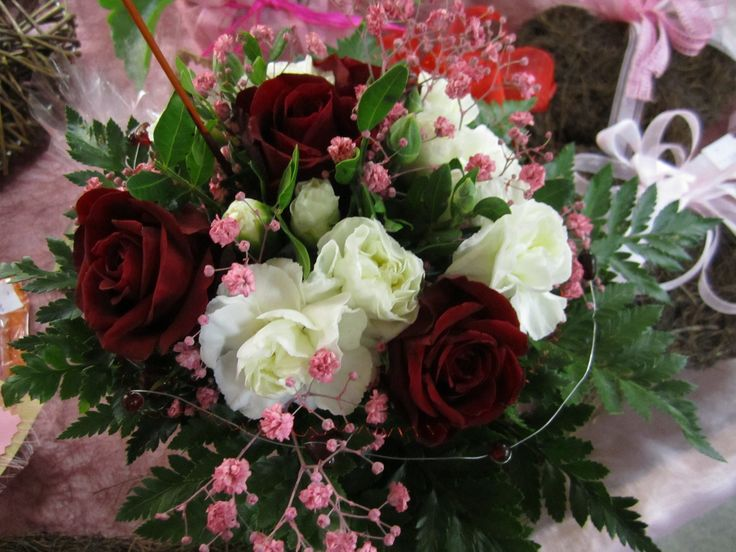 Runsas valikoima romattisia kukkakimppuja.