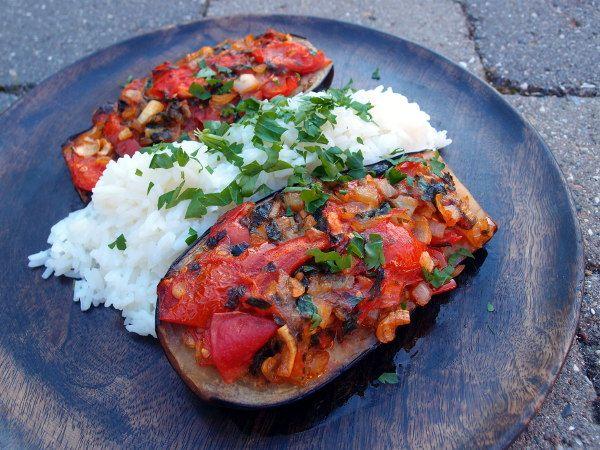 fyldt auberine, vegetar, aubergine, græsk, tomater, persille, mynte, løg, hvidløg,