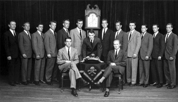 Skull and Bones è una società segreta studentesca dell'università di Yale, in Connecticut, formata da quindici senior scelti l'anno accademico precedente.
