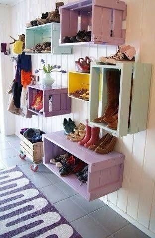 Garderobe - ich steht auf Obstkisten, wie man merkt. ;)