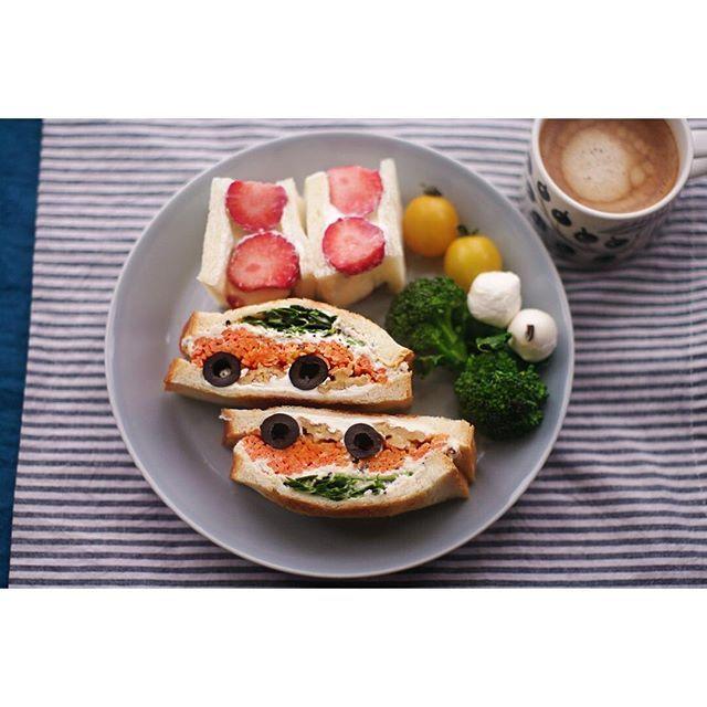erisics2016.2.23 車っぽく見えるのでダン吉サンドと命名。 ( 知ってますか? ) 中身はイタリアンパセリ、クレソン、ツナマヨサラダ、キャロットラペ、オリーブ、くるみ、クリームチーズ。 パンはトーストしました  #いちごサンド #苺サンド #ツナサンド #サンドイッチ  #sandwich #ランチ #lunch #デザート #スイーツ #sweets #手作り #strawberry #パン #iittala #イッタラ #パラティッシ #ティーマ #おうちごはん #おうちカフェ #food #foodpic #IGersJP  #car #instafood #photooftheday