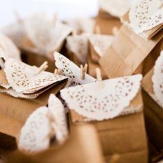 Inspiration für günstige und trotzdem schöne Gastgeschenke zur Hochzeit gefällig? Hier sind 11 Tipps und Ideen, die Euer Hochzeitsbudget schonen ...