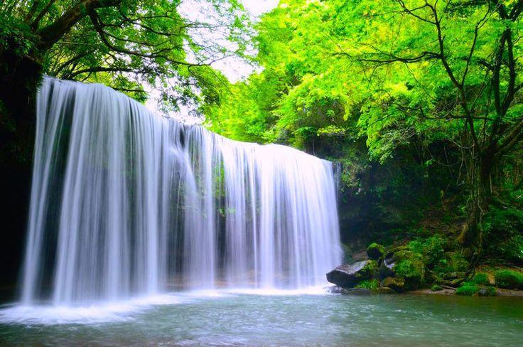 九州観光で見逃したくない絶景はどこでしょう?九州には絶景がたくさんあります。海には変化に富んだ海岸線、山ではマグマが息づく壮大な景観など、ダイナミックな景色が楽しめます。有名な観光地もあれば、あまり知られていない手つかずの自然が残っている場所もありますので、参考にしてみて下さい。    1.鍋ヶ滝 【熊本県】...