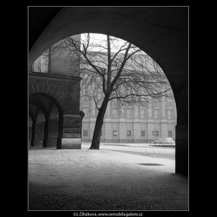 Podloubí před Černínským palácem (468) • Praha, 1958 •   černobílá fotografie, podloubí, Loretánské náměstí, Černínský palác  • black and white photograph, Prague 