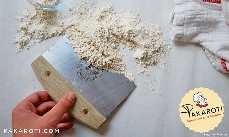 Pastry Scrapper adalah salah satu peralatan baking serba guna. Selain memotong adonan, alat ini juga kerap digunakan untuk membersihkan sisa tepung dari permukaan meja. #Bakerspedia