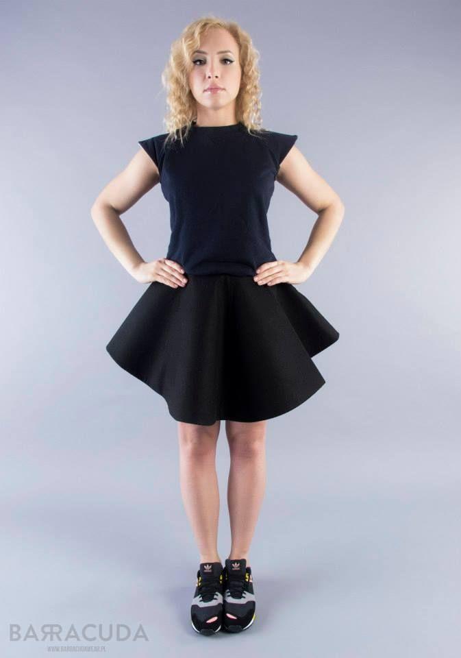 """Na zdjęciu: - Granatowa bluzka z odstającymi rękawkami - Czarna spódnica """"rozkloszowana"""" http://www.barracudawear.pl/basic/bluzka-z-odstajacymi-rekawkami/ http://www.barracudawear.pl/basic/spodnica-rozkloszowana/"""