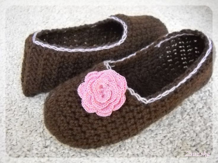 pattern: http://zoomyummy.com/2011/01/21/how-to-make-simple-crochet-slippers/