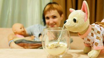 Видео про куклу Baby Born и собачку ChiChi Love. Как МАМА. Готовим йогурт http://video-kid.com/10394-video-pro-kuklu-baby-born-i-sobachku-chichi-love-kak-mama-gotovim-iogurt.html  Видео для девочек, которые любят играть в куклы и хотят быть КАК МАМА. Сегодня Маша готовит для себя, собачки ChiChiLove Подружки и куклы Бейби Бон Эмили полезный ужин: йогурт с мёдом и мюсли. Наступает вечер и пора ложиться спать. А как уложить спать малыша? Ведь Эмили даже не зевает. Тогда Маша решает положить…