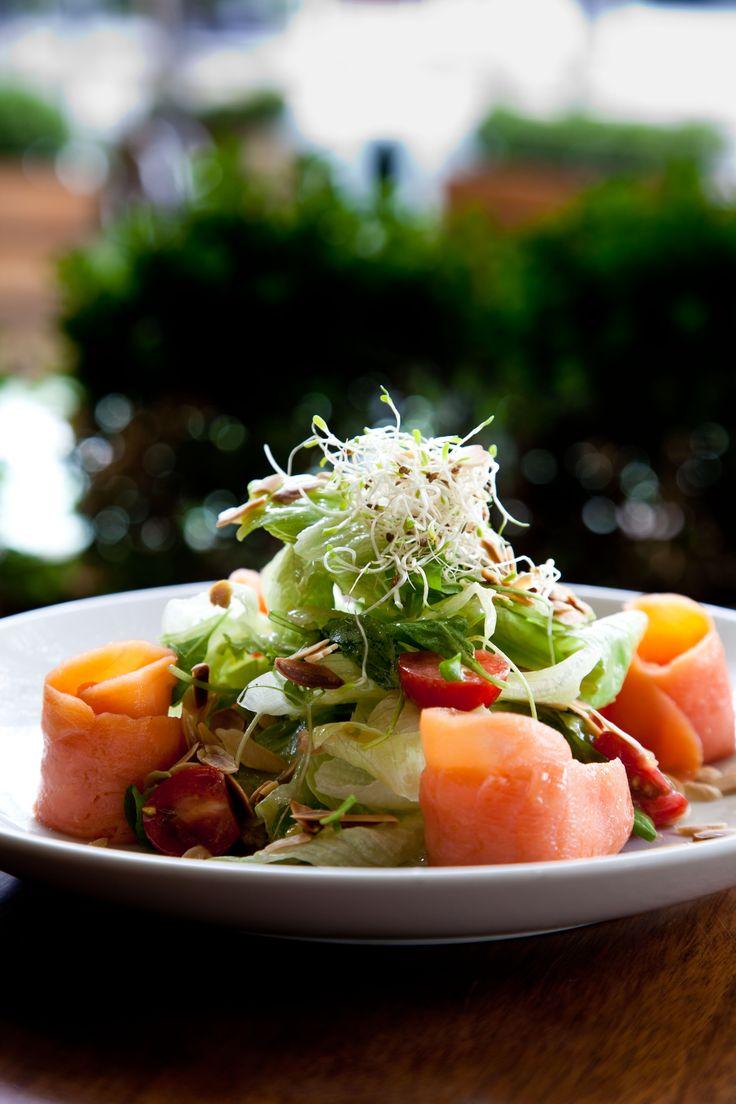 Salada de salmão defumado com vinagrete cítrico e amêndoa laminada