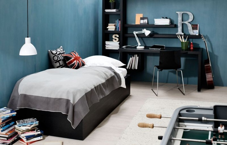 Small bedroom associating sleeping, working & playing functions