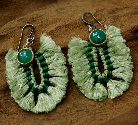 Pendientes de borla de algodón verde en forma de U con ónix