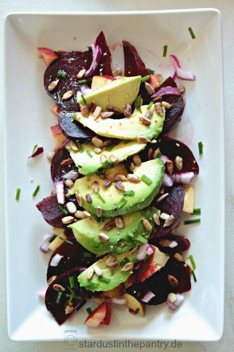 Gratis Rezeptkarte zum runterladen auf dem Blog! Rote Beete Apfel Salat mit vielen Vitaminen und Mineralstoffen. Sehr einfaches Salat Rezept, schnell, vegan und glutenfrei
