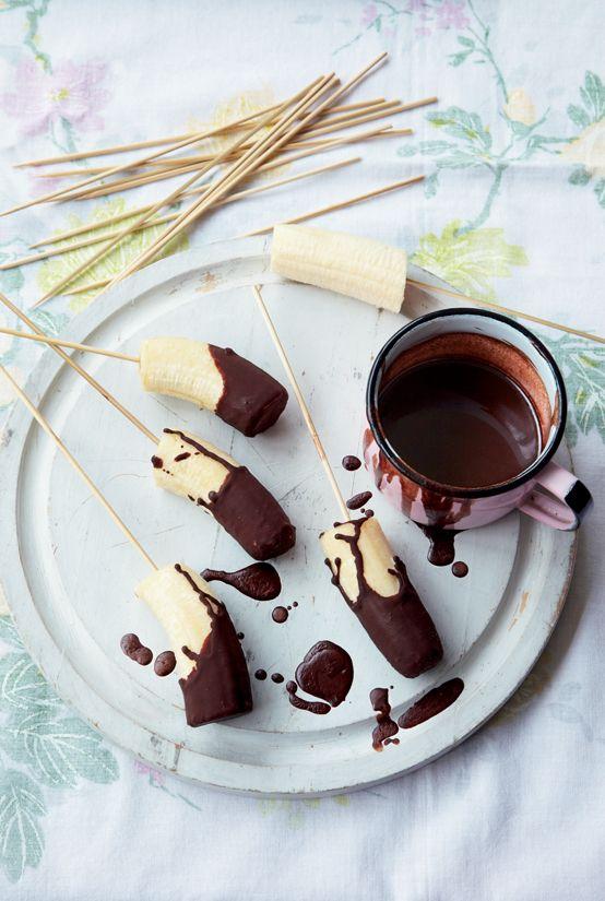 Deze gezonde bananenijslolly's zijn glutenvrij en bevatten geen eieren, zuivel en suiker. http://www.gezondheidsnet.nl/groente-en-fruit/bananen-op-een-stokje #suikervrij #recept