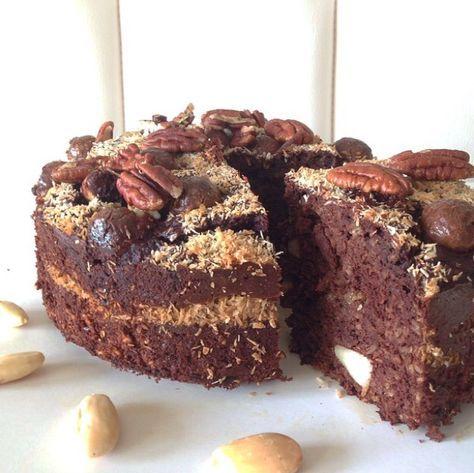 Taart! 4 eieren 3 el honing, agave siroop of kokosbloesemsuiker 100 gr. havermout of havermeel* 75 gr. amandelmeel 1 courgette (geraspt) 1 banaan 1,5 el (plantaardige) melk 1,5 el kokosolie 2 tl. bakpoeder 50 gr. cacaopoeder 50 gr. pure chocolade (minstens 70% cacao) handje hazelnoten of paranoten 50 gr. gemalen kokos handje rozijnen