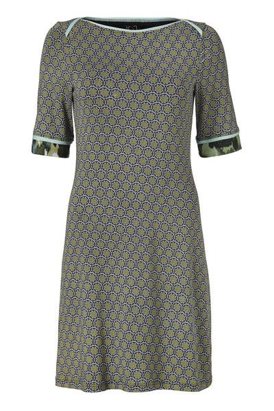 Fie kjolen er en smuk og enkel kjole i det blødeste jersey. Den har en enkelt pasform med en fin grøn kant på ærmet.