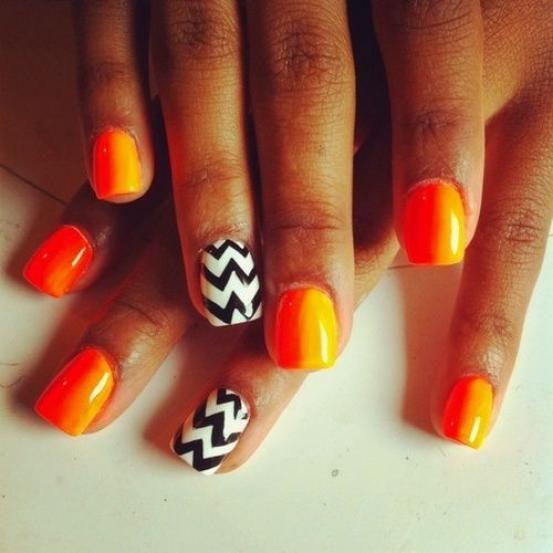 Halloween nail art: oranje nagels met geometrische print op ringvinge