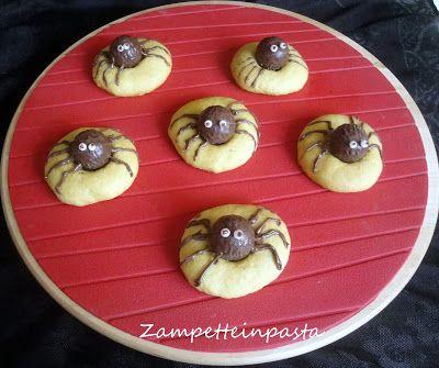 Biscotti ragno per Halloween - Spider cookies for Halloween http://zampetteinpasta.blogspot.it/2015/10/biscotti-ragno-per-halloween.html