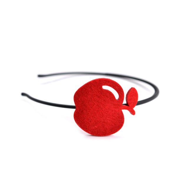 opaska do włosów z filcową ozdobą w kształcie jabłka   - model: AppleBand   - kolekcja: hairMe   - ozdoba: jabłko  - kolor: czerwony   - wymiary: 4,5 cm x 5 cm   - materiał: filc 4 mm   -...