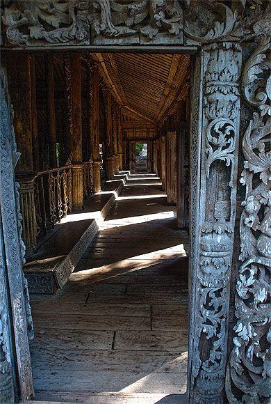 Birmanie - Mandalay, Monastère de Shwenandaw en teck sculpté