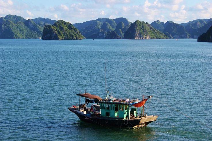 Halong Bay rejsu: łodzie rybackie łodzie płyną pośród Junk na Halong Bay