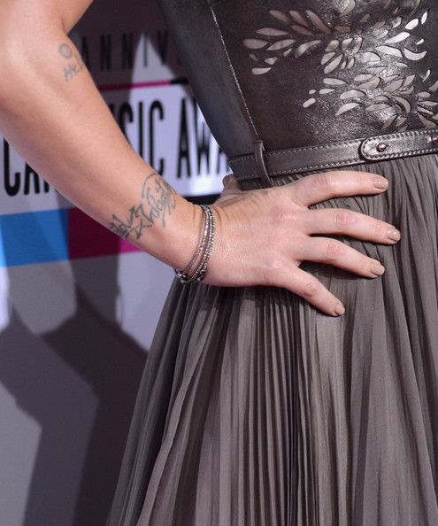 Pink Photos Photos - Singer Pink attends the 40th American Music Awards held at Nokia Theatre L.A. Live on November 18, 2012 in Los Angeles, California. - The 40th American Music Awards - Arrivals