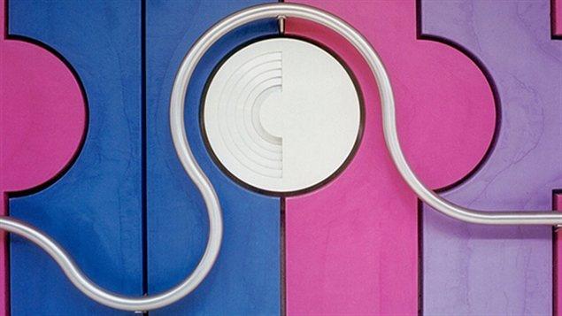 Ligne bleue : station Fabre. Murale et main courante sculpturale en béton polymère et acier inoxydable réalisées en 1983 par Jean-Noël Poliquin. Cette murale colorée est présente partout dans la station; quais, salles de contrôles, édicules. La main courante fait partie intégrante de l'oeuvre.