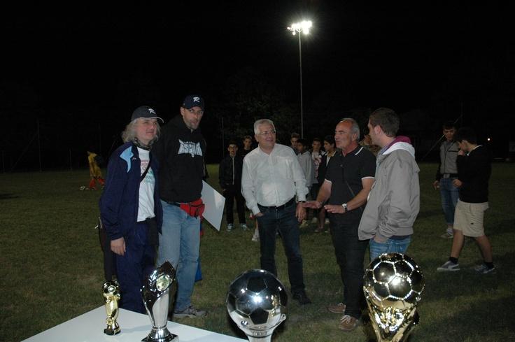 arbitro e capitani premiano i ragazzi del torneo giovanile di calcio appena concluso