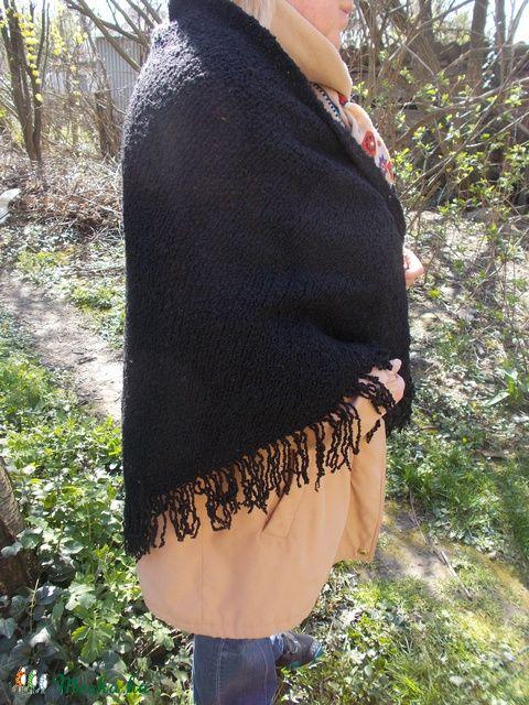 Meska - Fekete gyapjú buklé kendő gulyasgyapju kézművestől