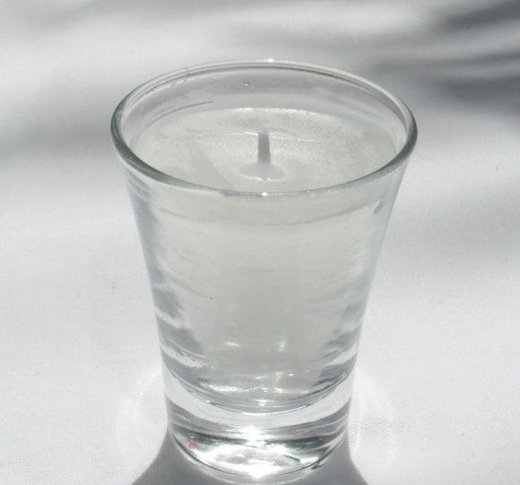 Vela em copinho de vidro transparente. 7 cm de altura x 5,5 boca x 3,5 base. R$ 9,40