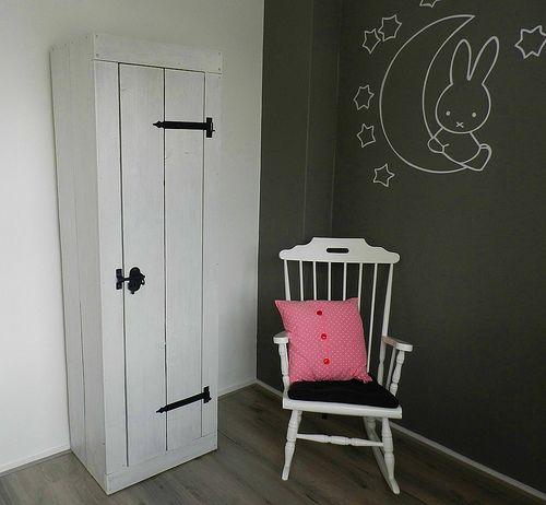 Baby kledingkast afgewerkt met witte beits | Steigerhout | Te koop bij w00tdesign | by w00tdesign | Meubels van steigerhout