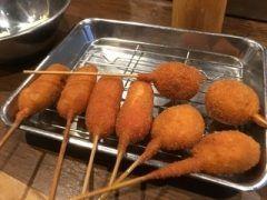 大阪に来たならココだけは絶対に行っておきたいおすすめの串カツ屋といえば元祖串かつ だるま 難波本店 ここでは揚げたての串カツがリーズナブルな価格で食べられるよ 定番の具材はもちろんだけど牛タンつくねやさつまいもなど珍しい種類もあるからいろんな味が楽しめるのが魅力だね 大阪では絶対にハズさない店だよね tags[大阪府]