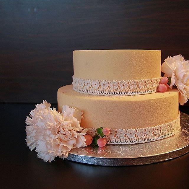 Торт на свадьбу,  внутри бисквит виктория, мусс на маскарпоне, хрустящий слой с…