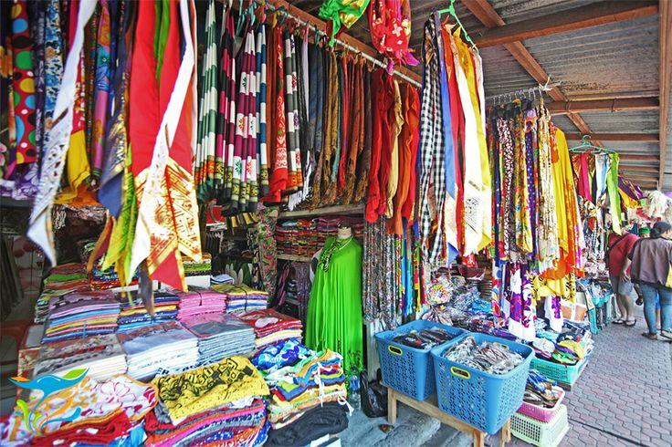 Salah satu yang paling banyak diminati nih, kain pantai dan aneka pakaian berbahan batik ini memang sangat nyaman dipakenya.