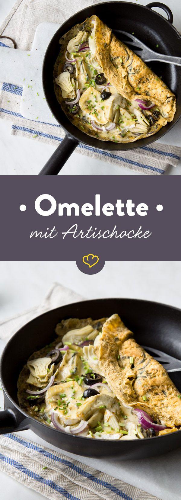 Schnelles Low-Carb-Omelette mit Artischockenherzen, Oliven und cremigem Blauschimmelkäse. Das geht fix, macht satt und ist super lecker.