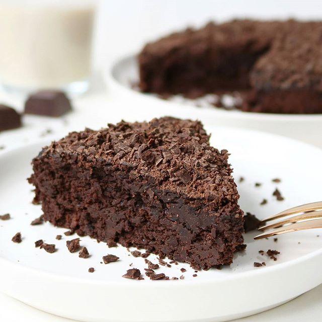 HEALTHY CHOCOLADE TAART! 🍰 Choco-lovers raise your hands! 🙌 Jaaa je leest het goed! Eindelijk heb ik hét perfecte recept voor een gezonde én mega lekkere chocolade taart!💕 Heerlijk smeuïg en met een rijke chocoladesmaak.. Oh boy, hij is zó lekker!🙊 Deze móet je gewoon maken! Je vind het recept via de link in de bio! 🌸