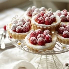 Baked mini CHEESECAKES with vanilla and fresh raspberries. Perfectly moist and fluffy.