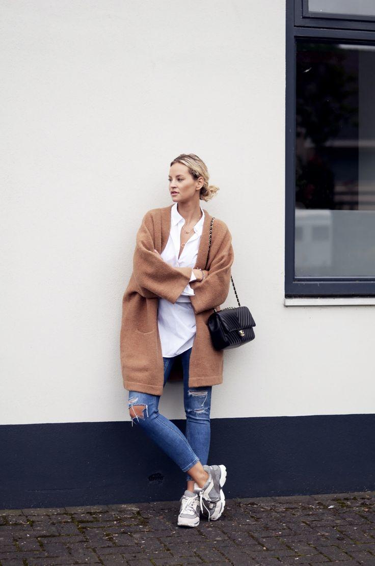 How to style: de witte blouse! Easy going, business, met een rok, layers en sportief. Het kan allemaal! Meer inspiraties en tips vind je op www.thenewgirlintown.com #whiteblouse #sportive #skirt #bloggers #Anoukyve
