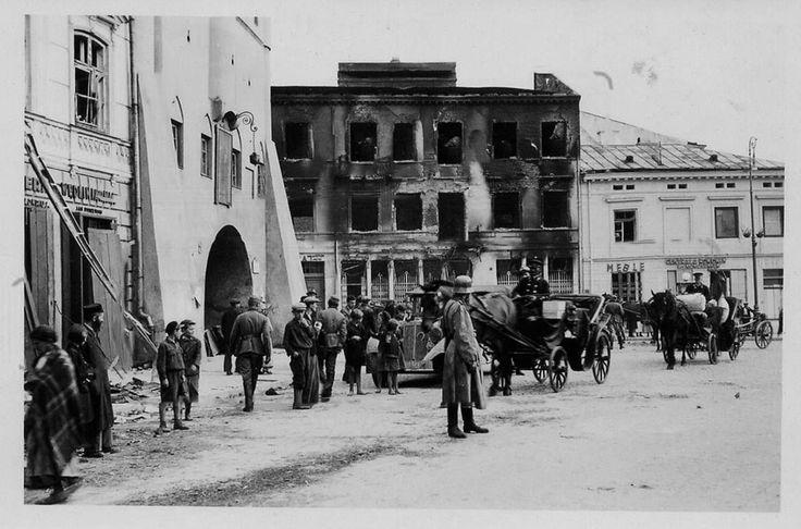 Lublin,  przed Bramą Krakowską. Na drugim planie wypalone budynki - wynik bombardowania z 09.09.1939