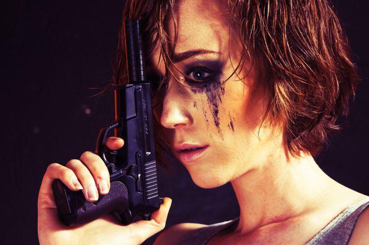 Femme Fatale-Sam, pistol.
