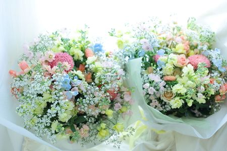 アルカンシェル南青山の花嫁様より、ご両親様への花束。 ブーケも作らせていただきました。 その写真もまた後日、 直接ブーケをお届けにあがって ...