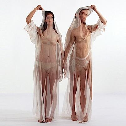 Welk lijf zal ik vandaag eens aan doen? Twee danseressen dragen doorzichtige zijden jurken waarop een print van een bijna naakt mens te zien is. Zo raken niet alleen zij, maar ook wij als kijkers verstrikt in lichaamsdelen. Welke lijf is van wie? 'Beyond the Body' van Imme van der Haak (RCA London) gaat over uiterlijk en identiteit. (Via Bright)